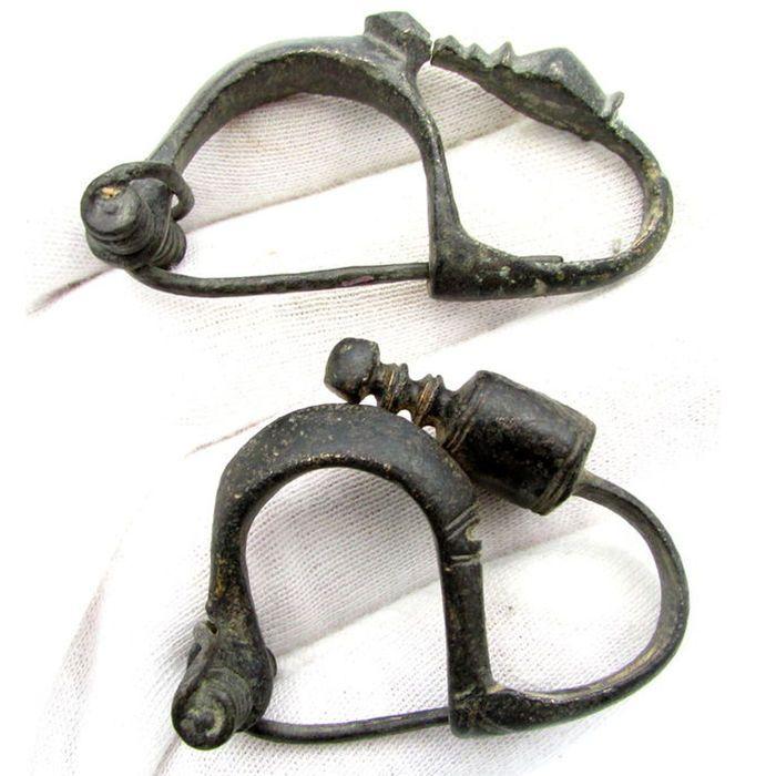 Paar van oude Keltische brons ingericht La tene type broches / fibulae-42 / 52mm (2)  Beschrijving: Paar 2 oude Keltische ingericht La tene type broches / fibulae; gedraaide terminals versierd met gestileerde zwaan hoofden.Materiaal: Brons / schoon / mooi PatinaConditie: Zeer goede / zie foto'sDatum: 3e-1e C BCAfmeting: 42/52 mm; gewicht: 38 gramObject-ID A591Herkomst: De leverancier warrants thats heeft verkregen deze kavel op een legale manier.Verkregen uit een oude Britse collectie…