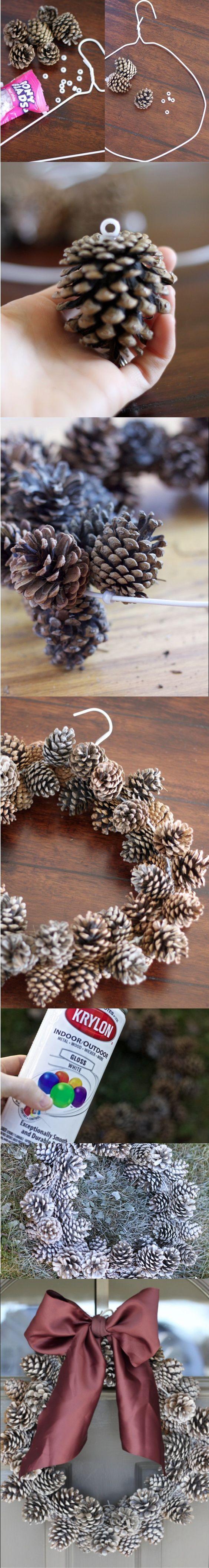 Voici comment fabriquer une couronne de Noël super simplement avec des pommes de pin et un cintre ! On peut ensuite la personnaliser avec de la peinture, un ruban...