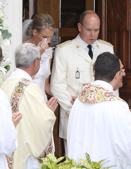 Boda Alberto de Mónaco: La princesa Charlene se emociona al ofrecer el ramo de novia a Santa Devota