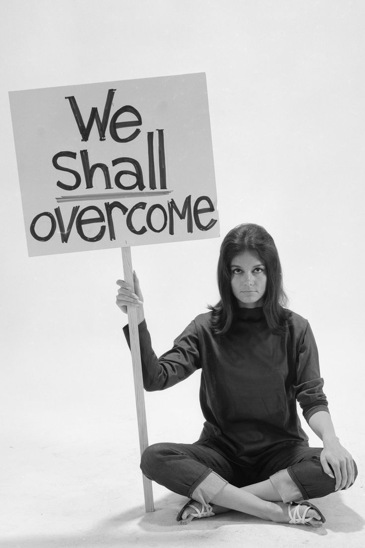 17 inspiring photos of feminist icon Gloria Steinem over the years: