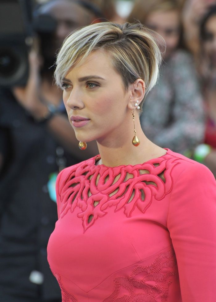 Scarlett Johansson, tolle Kurzaarfrisur, blonde Strähnen, kurzer Haarschnitt mit Pony, glatte Haare