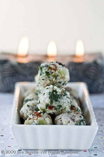 MEDITERRANEAN RICE BALLS - GLUTEN-FREE FINGER FOOD : Lucullian delights - an Italian experience 150 ml/0,63 cup rice of the sticky type 3 tblsp parmesan, freshly grated 1 whole sun-dried tomato, finely chopped 1 stick of celery, finely diced 50-100 ml/0,2-0,42 cup spinach, cooked 10-15 olives, chopped 1 tblsp sesame seeds, lightly toasted salt