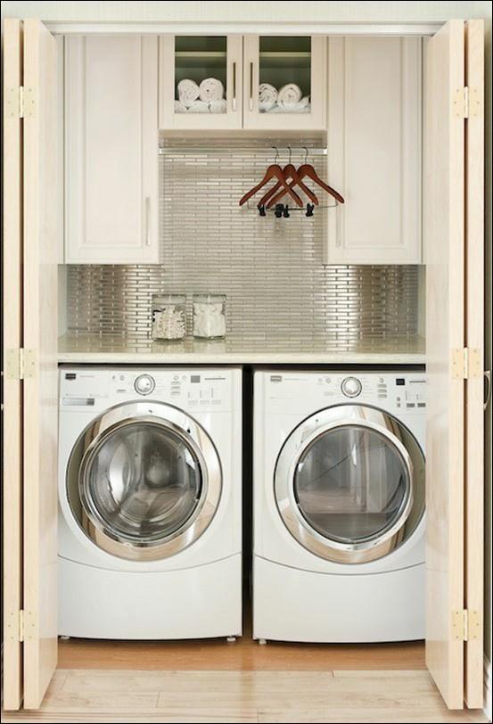 This maximizes closet space for an uber-sophisticated laundry tucked away. The stainless tile is gorgeous! penyimpanan mesin untuk memaksimalkan tempat yang ada..