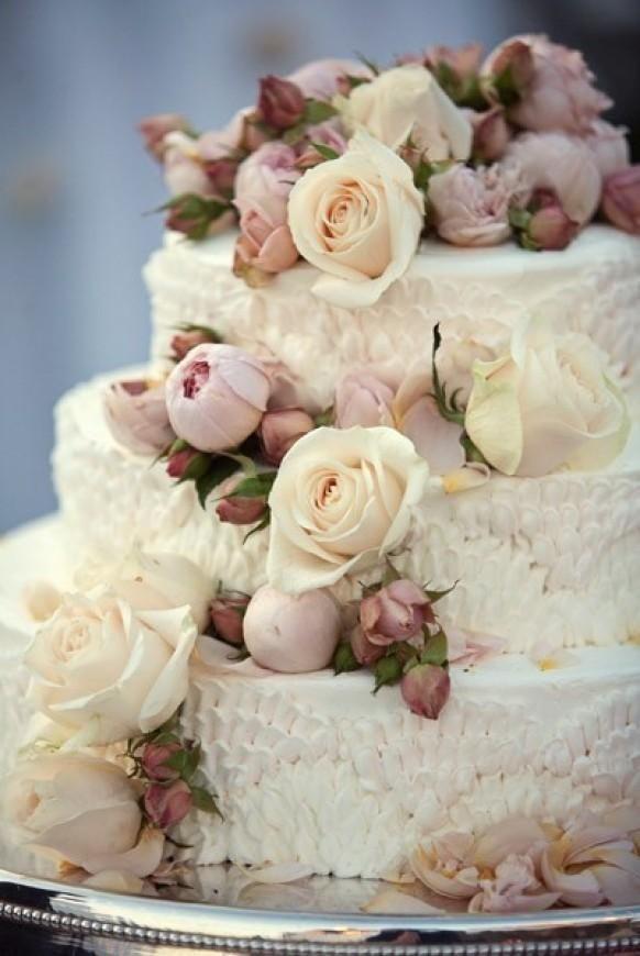 Weddbook ♥ 3 niveaux gâteau de mariage de cru avec de la crème et de rose bourgeons et les détails volants. Gâteau de mariage floral vintage   rose  bud   crème rose floral