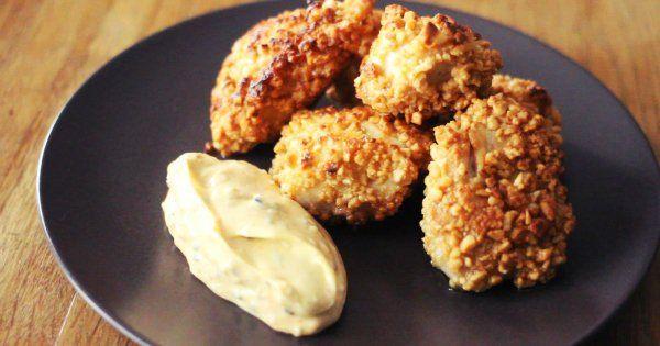 Vous aimez les chicken nuggets mais pas forcément ceux des fast food? Quoi de mieux que de faire ses propres croquettes de poulet maison?! Surtout si c'est aussi facile! Notre é...