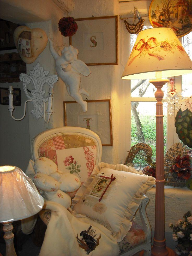 angolo romantico  - lampada con paralume dipinto e poltrona rivista in chiave patcwork