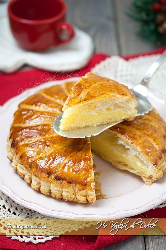 Galette des rois un dolce francese che si preparare per l'Epifania a base di pasta sfoglia, crema frangipane e crema pasticcera. Ricetta facile e veloce