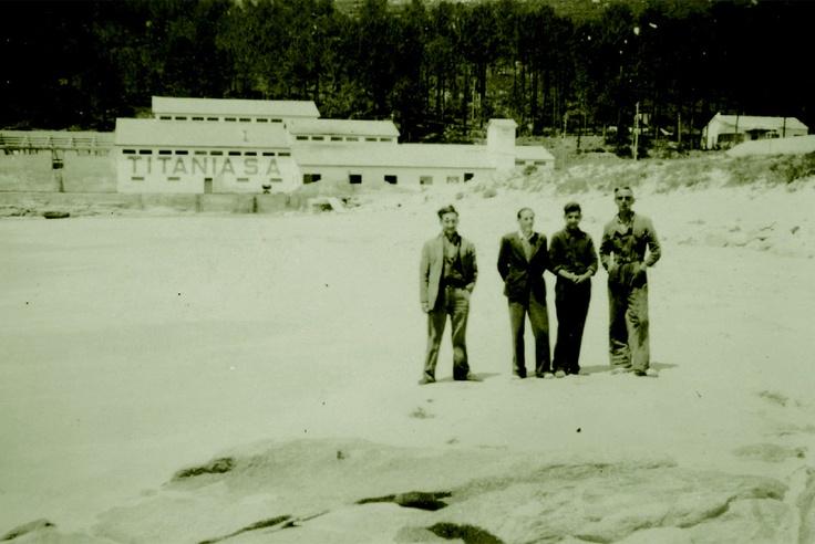 Fotografia antiga da praia de Balarés, coa explotación da mina de selenita Costa da Morte