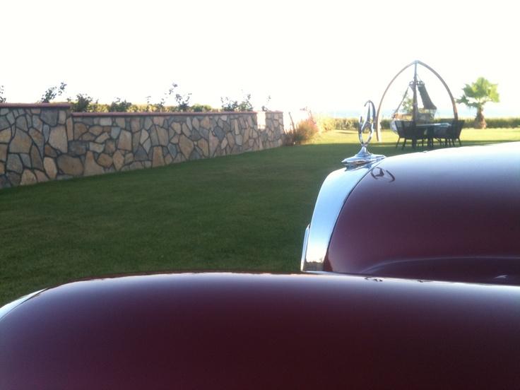 1966 W110 Mercedes – Benz  HECKFLOSSE / Fintail Kasa (Kırlangıç)  Model: 200 - Benzin  Motor hacmi: 1801 - 2000 cm3 arası  Motor gücü: 100 beygire kadar  Koldan vites 4 ileri  Renk: soğan kabuğu/şeytan kırmızısı – tavan orijinal siyah / döşeme ve ön göğüs siyah – direksiyon   Sedan 4 kapı
