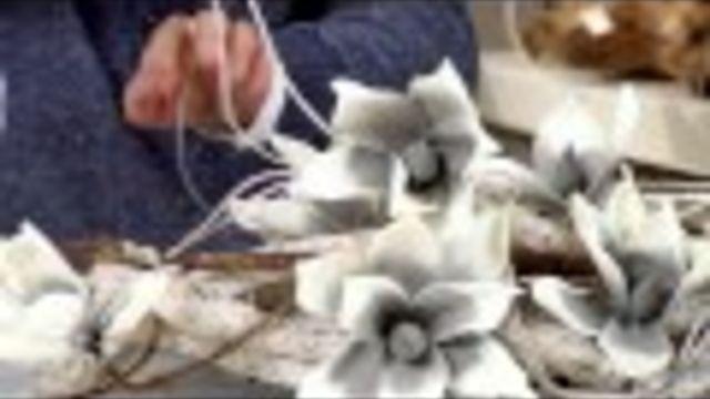 Leuk, hip & erg mooi: een hangend bloemstuk of kerststuk met takken als basis. #kerst - Instructies - Weethetsnel.nl