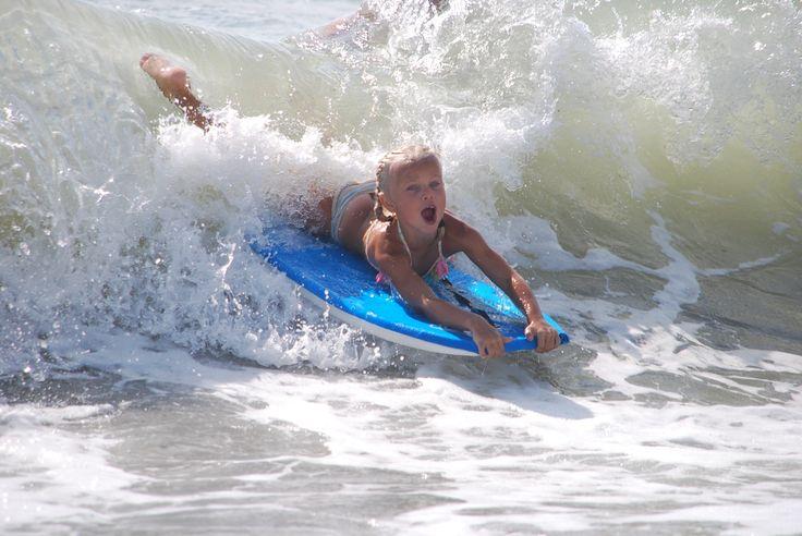 Sommige dagen zijn er super hoge golven. Dan is het gaaf op je bodyboard