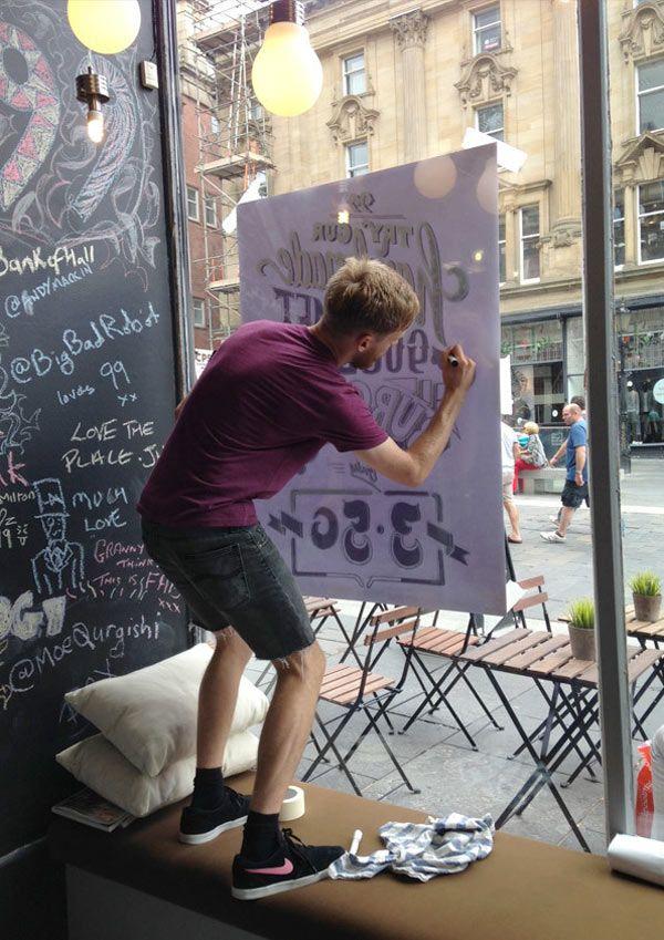 Ashley Willerton est un designer graphique qui vit à Newcastle en Angleterre, sa principale passion c'est l'art du hand lettering. Il applique surtout cet art sur les vitrines de restaurants ou d'autres types de boutiques. Vous allez découvrir son processus de création qui commence tout d'abord sur papier afin de finir sur le verre. C'est […]