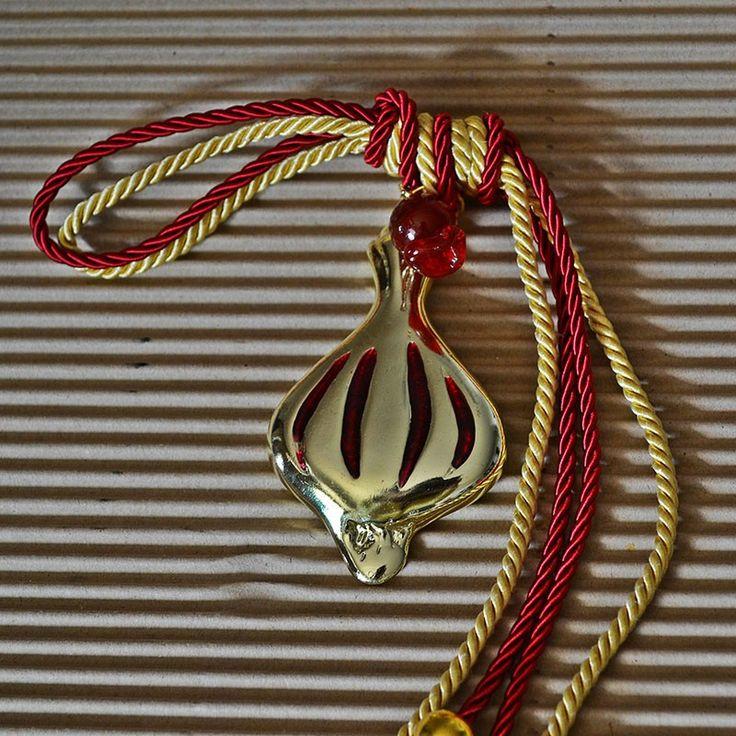 Μπρούτζινο σκόρδο με κόκκινο σμάλτο με δίχρωμα κορδόνια μπορντώ και χρυσό
