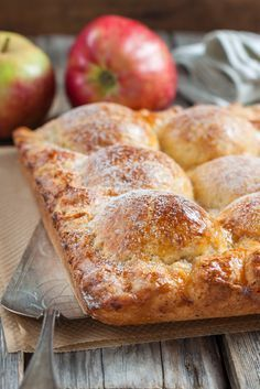 Пирог из творожного теста с яблоками Мука (количество муки зависит от влажности творога) — 2,5 стак. Масло сливочное — 250 г Творог — 200 г Сахар — 2/3 стак. Ванильный сахар — 1 пакет. Разрыхлитель теста — 1 ч. л. Яблоко (количество зависит от размера яблок и формы) — 6 шт Корица Дольки мандарина (или финик, курага, грецкий орех, чернослив, ириска...по количеству половинок яблок) — 12 шт