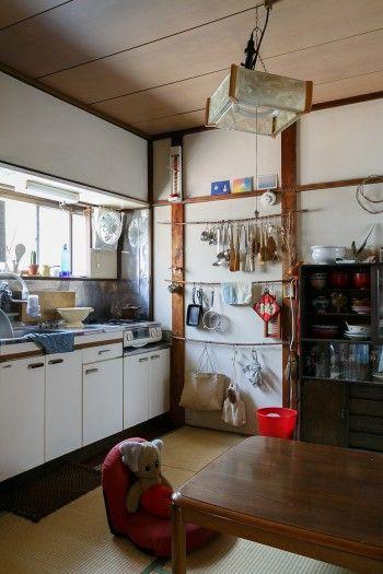 2階の4畳半のキッチン。シンク前の一部以外は畳ばり。