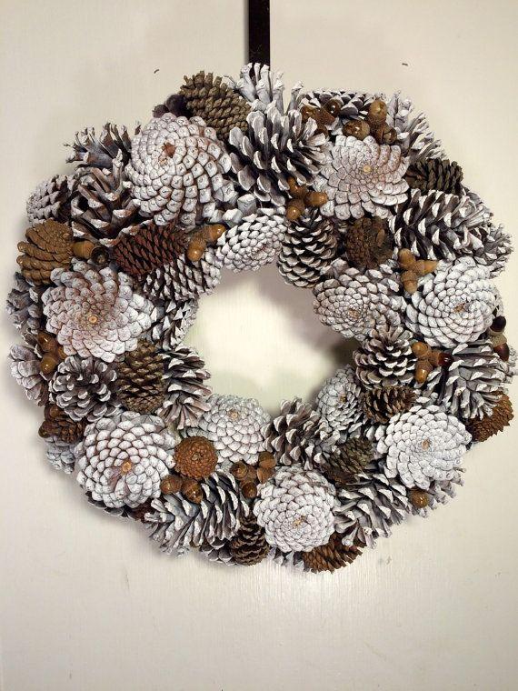 Corona de cono de pino blanco de invierno