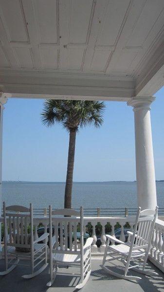 Dondoli bianchi per guardare l'orizzonte seduti in veranda.