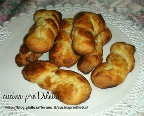 Biscotti al latte, ricetta siciliana Ingredienti:                                         - 500 grammi di farina tipo 00         - 125 ml di latte (+ una tazzina circa per spennellare)                   - 1 pizzico di sali                              - 1/2 limone (la scorza grattugiata) oppure una bustina di vanillina