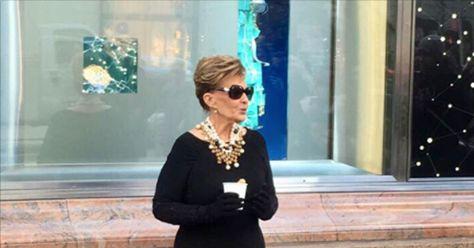 María Teresa Campos pasea por la calles de Nueva York disfrazada de Audrey Hepburn