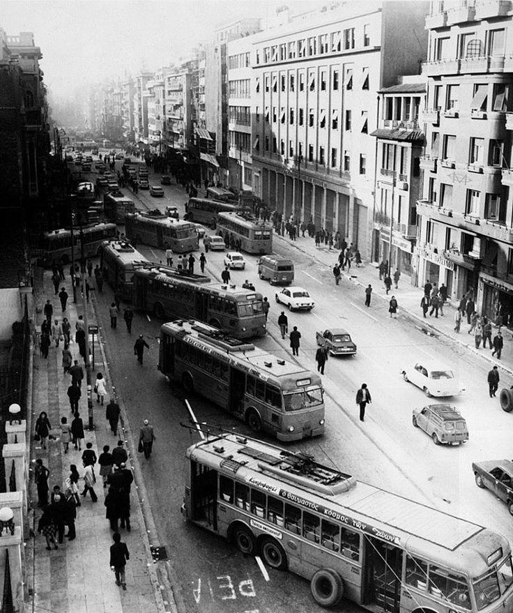 Αθήνα, Νοέμβριος 1973, τρόλεϊ ως οδοφράγματα στην οδό Πατησίων κατά τα γεγονότα του Πολυτεχνείου.