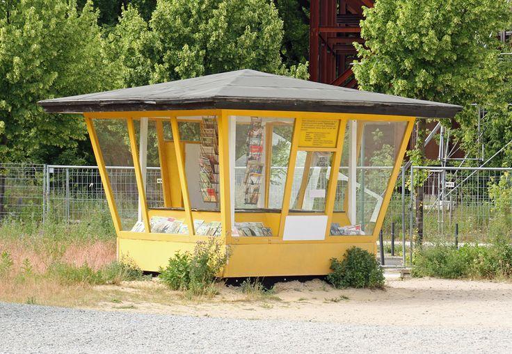 """Wer kennt ihn noch - den legendären alten Zeitungskiosk? Diesen hier habe ich gefunden im Filmpark Babelsberg bei einer Rundtour durch die Kulissen zum Film """"Sonnenallee"""". In dem Kiosk lagen sogar noch alte DDR-Zeitschriften, auf die man früher """"Jagd"""" gemacht hat (z.B. """"Modische Maschen"""", """"Pramo"""" oder """"Frösi"""" usw.)"""