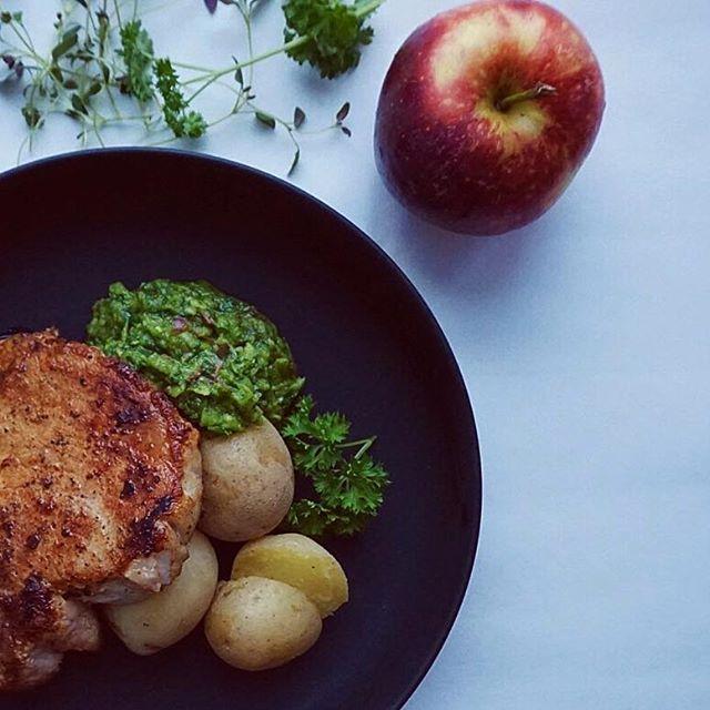 Veckans 24recept. Saftig fläskkotlett med chimichurri – En syrlig och het marinad/sås som passar bra till det mesta. Såsen mixas och består oftast av persilja och andra färska örter, vitlök, chili, citron/lime och olivolja. Jag har valt att söta ner såsen med rivet äpple som passar perfekt till fläskkött. Testa! Recept på blogg 💚