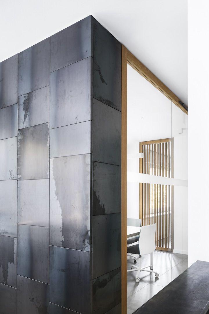 dettaglio di armadio divisorio con rivestimento in lamiera di ferro nero
