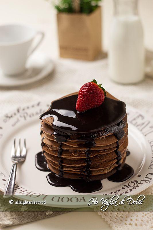Pancakes al cioccolato, ricetta soffice e golosa per la colazione. Fanno la gioia di grandi e piccini e sono veloci e facili da preparare. Oramai li preparo spesso