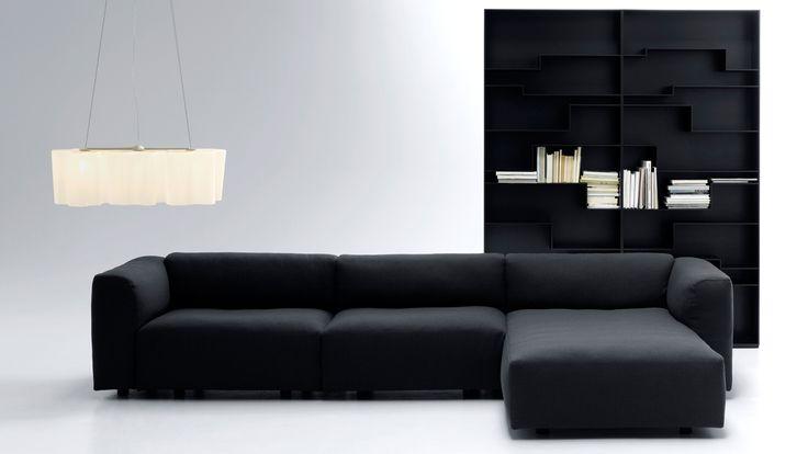 Canapés caractérisés par une subtile structure à arc en aluminium, laquée blanc ou noir ou aluminium satiné. Revêtement en tissu ou en cuir recouvre le canapé sur chaque partie et il est complètement déhoussable. Version plus profonde.