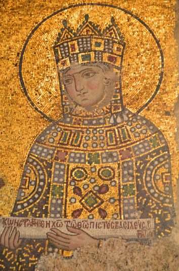 Empress Zoe Porphyrogenita, was the beautiful sister of Empress Theodora Porphyrogenita. Mosaic in Hagia Sophia. Zoe reigned alongside her sister Theodora besides their bad relation full of envy. Porphyrogenita means born in the purple (The Purple Chamber of the Grand Palace of Constantinople)./ Bella hermana de Theodora Porphyrogenita, con quien reinó a pesar de una relación llena de envidias. Porphyrogenita significa nacida en la púrpura. (Habitación Púrpura del Palacio de Constantinopla).