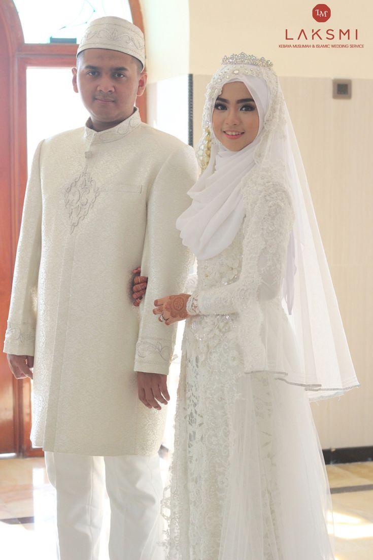 Menyelenggarakan pernikahan dengan konsep syar'i menjadi impian Atiqoh dan Ahmad. Dengan kebaya akad nikah berwarna putih, Atiqoh terlihat begitu anggun ketika memakainya. Kemudian dengan kebaya resepsi berwarna gold, Atiqoh tampi dengan memberikan design glamor. Masih dengan nuansa dan konsep syar'i yang dibawakan.