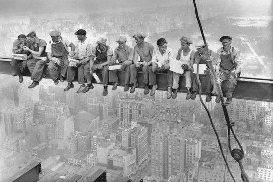 Lunch Atop a Skyscraperest l'une des photos les plus connues au monde: on y voit une dizaine d'ouvriers new-yorkais, déjeunant sur une poutre métallique d'un chantier à Manhattan, les pieds suspendus dans le vide. Alors que ce cliché a fêté le 20 septembre ses 80 ans, The...