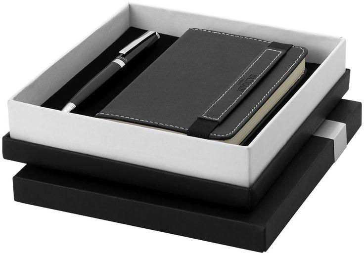 Geschenkset. Tijdloze pennenset met balpen en A6 notitieblok (14.3 x 9cm) met in contrast gekleurd stikwerk. Inclusief Balmain geschenkverpakking. (18.1 x 17.2 x 4.4cm). Metaal. Graveren