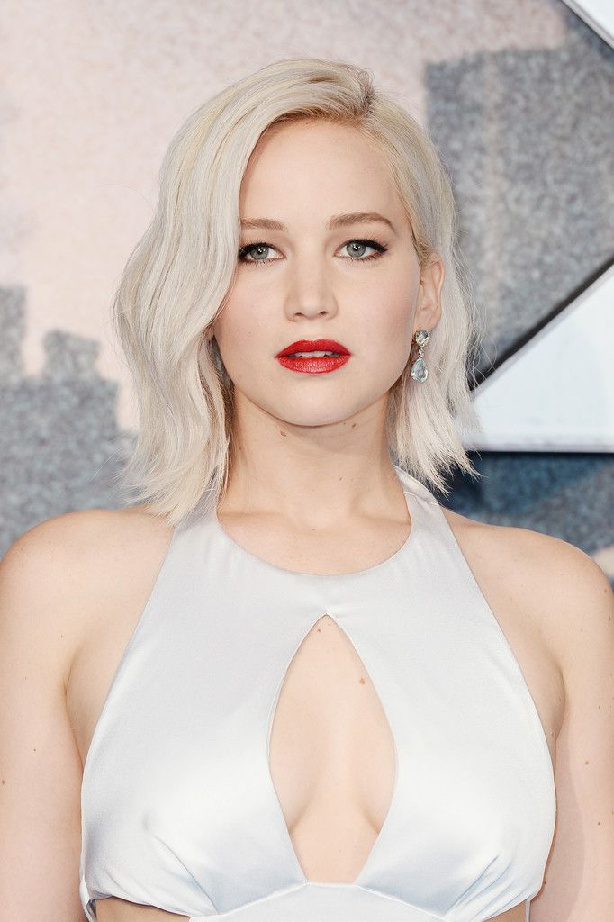 Jennifer Lawrence Medium Wavy Cut - Jennifer Lawrence looked absolutely gorgeous with her platinum-blonde waves at the 'X-Men: Apocalypse' global fan screening.