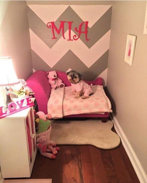 Nós adoramos ter um quarto ou um cantinho só nosso em casa para quando queremos descansar e relaxar, não é mesmo? A cadelinha Mia é uma das sortudas que ta - Família transforma armário em quartinho para a sua cadelinha