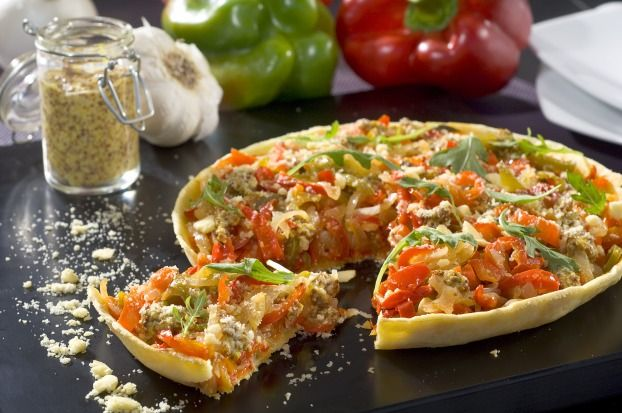 Tarte aux légumes du soleil  1 pâte brisée 2 poivrons (1 vert, 1 rouge) 4 tomates ou 1 c à s (10g) de concentré de tomates 1 oignon 1 petite aubergine ½ courgette 50g de moutarde fine et douce Amora 10g de parmesan râpé Huile d'olive