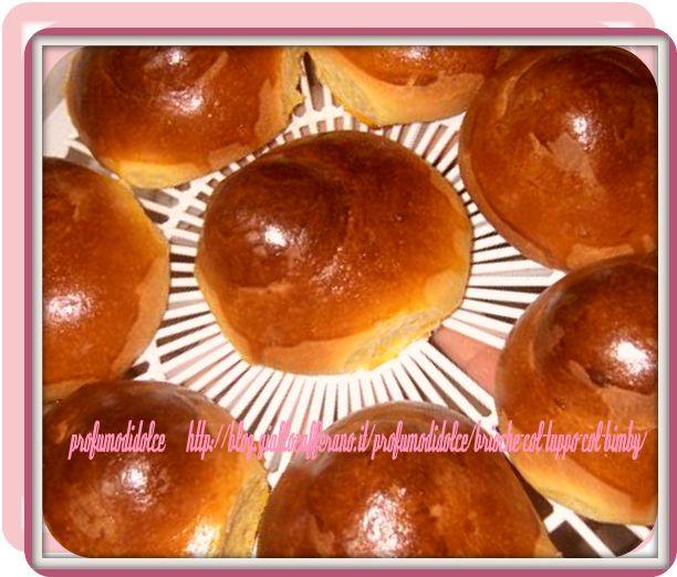 """la brioche catanese,chiamata anche"""" brioscia"""" è di forma ovale con il"""" tuppo""""[dal francese """"toupè""""] che è un rialzo rotondo al centro ed è molto apprezzata tagliata in due con dentro gelato o fresca granita e ....io metto sopra anche la panna......,ma le mangio anche spalmate di nutella ....come non voler rifarle a casa!!!!!!!"""