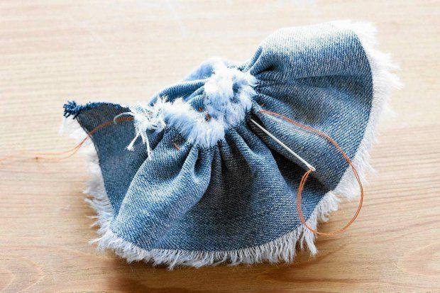 Krok 3. Przymarszczony pasek dżinsu zszywamy od spodu, formując kształt kwiatka. Brzeg tkaniny można lekko wystrzępić. - zdjęcie