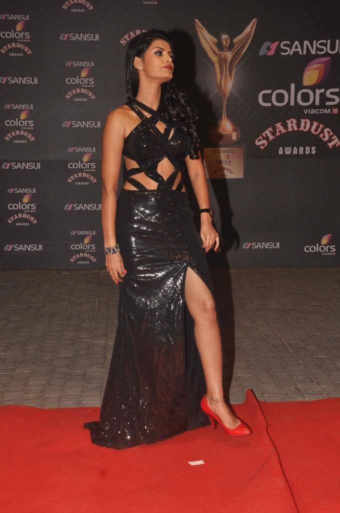 Sonali Raut showing her legs in a sexy black gown at the Stardust Awards 2015. #Bollywood #StardustAwards2015 #Fashion #Style #Beauty #Hot #Sexy
