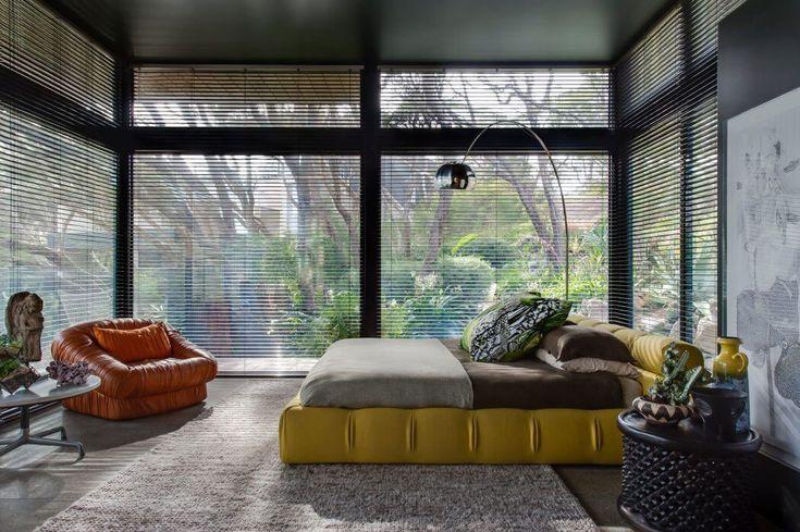 Une extension vitrée transformée en chambre principale a été ajoutée à la résidence