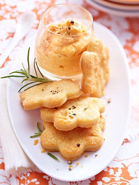 Parmesanplätzchen mit Paprikamousse