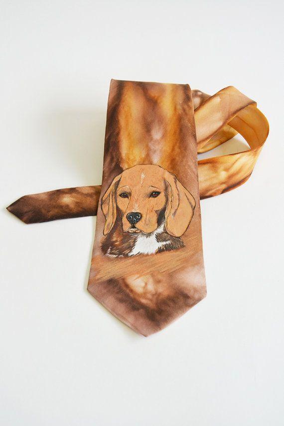Si tratta di unelegante e bella mano dipinta cravatta per gli uomini cane Beagle. È possibile ordinare questa cravatta in qualsiasi colore.  Ogni dipinto cravatta di seta a mano è una vera opera darte da indossare. Si tratta di un lavoro manuale di affinare gli artisti. Dipinta con un pennello e vernici speciali.  Si prega di notare: questa cravatta non è pronta per la spedizione, farò nuova cravatta appositamente per voi. Sarà leggermente diverso dalla foto del campione e ti invierò una…