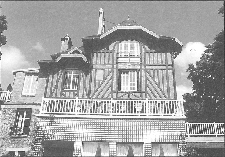 Maison Eyrolles : Maison du directeur de l'école construite par l'architecte Eugène Robinot et surélevée entre 1905 et 1910 (construction d'une vaste pièce sur deux niveaux décorée de boiseries de style Art Nouveau et d'un plafond peint à caissons).