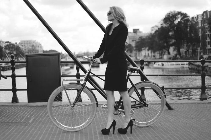 Bardot Blazer gecombineerd met de Birkin Skirt. Het gehele mantelpakje van Atelier des Femmes