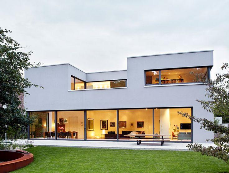 In Düsseldorf baute Architekt Georg Döring sich und seiner Familie ein modernes, klar konturiertes Flachdachhaus mit kontrastreichem Garten.