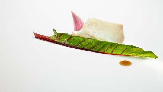 Josean Alija - Bacalao, acelga, cebolla roja y jugo de berenjena