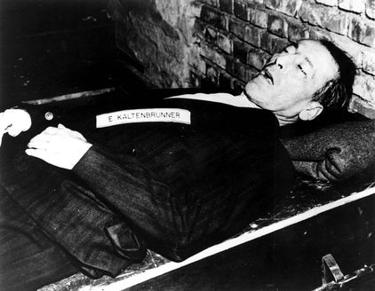 Corps de Ernst Kaltenbrunner Chef de la Police et SS après sa mort par pendaison au tribunal de Nuremberg en 1945.