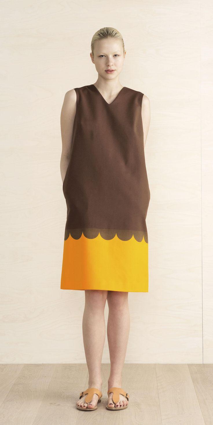Puuvillakankaisessa hihattomassa mekossa on suora leikkaus ja Lanketti-kuosi. Siinä on V-pääntie, halkiotaskut sivuilla ja polvipituinen helma. Mekossa on vuori ja piilovetoketju takana.