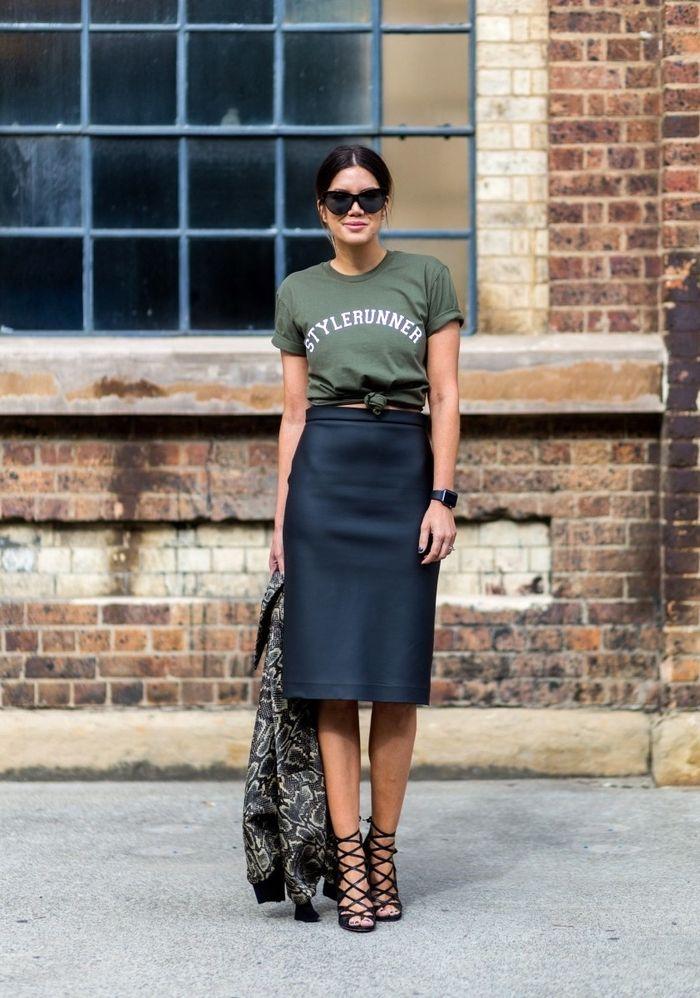4a749f5ab88 une veste kaki femme à imprimé floral associée à un t shirt à bas noué et  une jupe droite noire