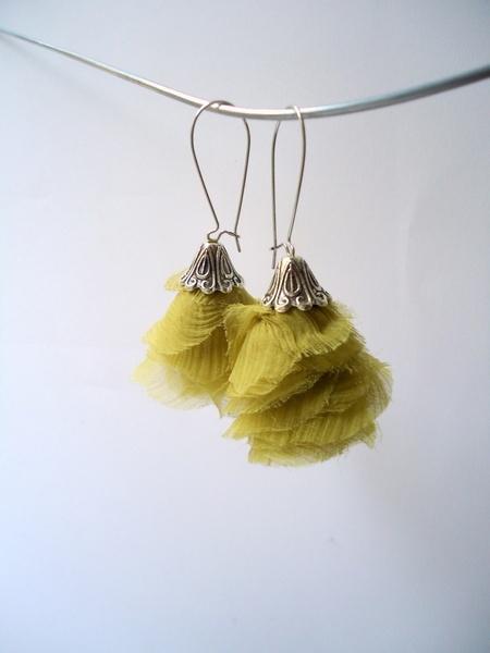 Boucles d'O. pendentif en voile de soie vert anis.  Capuchon en métal argenté, style vintage.  Grandes Attaches en argent 925.  D'autres couleurs s...